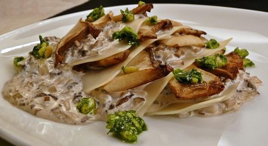 Vegane, offene Lasagne mit cremiger Champignon-Soße, Kräuterseitlingen und Bärlauch-Pesto