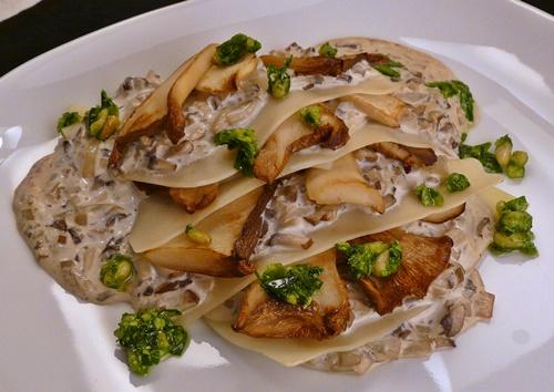 Vegane, offene Lasagne mit cremiger Champignon-Soße, Kräuterseitlingen und Bärlauch-Paste