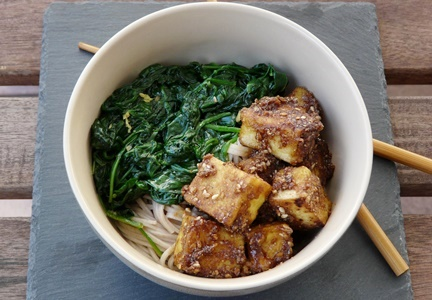 Kichererbsentofu, Sesamsoße, Spinat mit Ingwer und Knoblauch, Somen