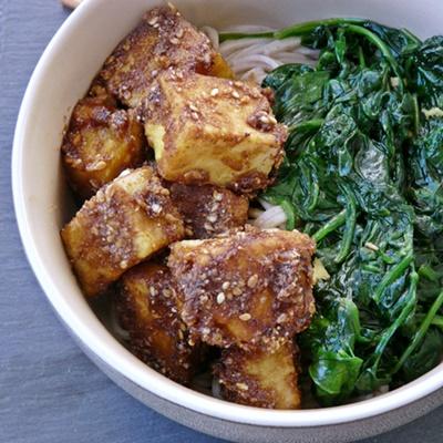 Kichererbsentofu, Sesamsoße, Spinat mit Ingwer und Knoblauch, Nudeln
