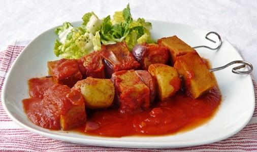 Veganes Schaschlik mit Kartoffeln, selbstgemachtem Seitan und roten Zwiebeln in würziger Tomatensoße