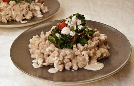 Vegane Buchweizenspätzle mit cremiger Walnusssoße und rotem Mangold