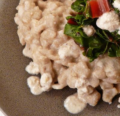 Vegane Buchweizenspätzle mit cremiger Walnusssoße und Mangold