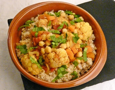 COuscous mit Möhren, Kichererbsen und Blumenkohl in Tomatensoße mit Harissa und Ras el-Hanout