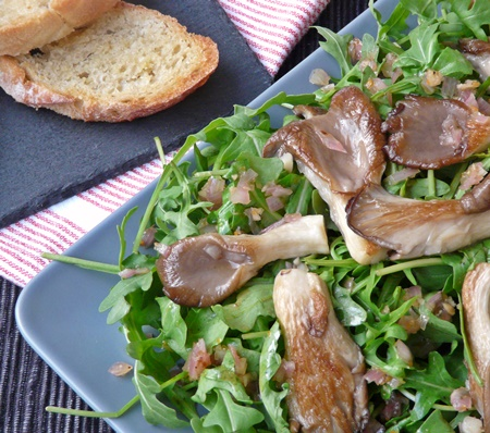 Rucola-Salat mit Austernseitlingen, Schalotten und schnellem Knoblauchbrot