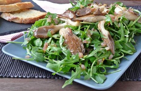 Rucola-Salat mit gebratenen Austernseitlingen, Schalotten und schnellem Knoblauchbrot