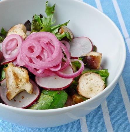 Veganer Brezelsalat mit Radieschen, Senf-Dressing und marinierten roten Zwiebeln