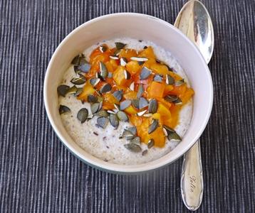 Veganes Frühstück: Haferkleie-Porridge mit Kardamom, Leinsamen, Vanille-Aprikosen und Kürbiskernen