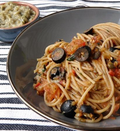 Vegane Spaghetti alla puttanesca mit veganen Sardellen aus Auberginen