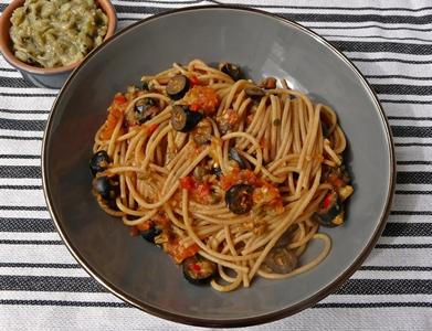 Vegane Spaghetti alla puttanesca mit veganen Sardellen aus Auberginen, Oliven, Kapern und Chili