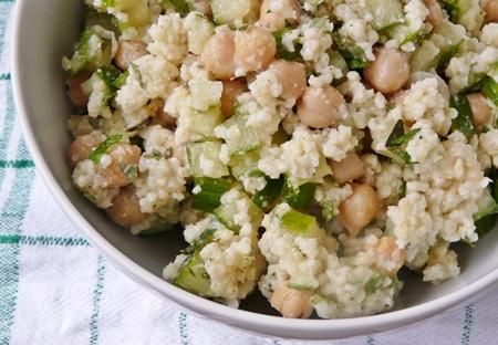 Veganer Hirse-Salat mit Salatgurke, Kichererbsen, Minze und Petersilie