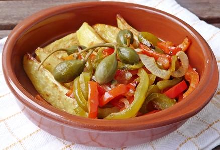 Knusprige Kartoffelecken und veganes Paprika-Gemüse mit Tomaten, Zwiebeln und Kapern aus dem Ofen