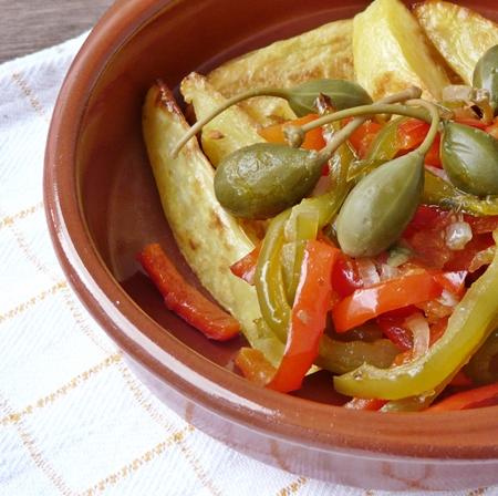 Kartoffelecken und veganes Paprika-Gemüse mit Tomaten, Zwiebeln und Kapern aus dem Ofen