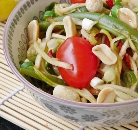 Som Tam aus regionalen Zutaten: veganer Rohkostsalat mit Brokkolistrunk, Gurke, Buschbohnen und Kirschtomaten