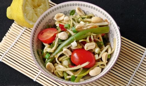 Som Tam aus regionalen Zutaten: veganer Rohkostsalat mit Brokkolistiel, Gurke, Buschbohnen und Kirschtomaten