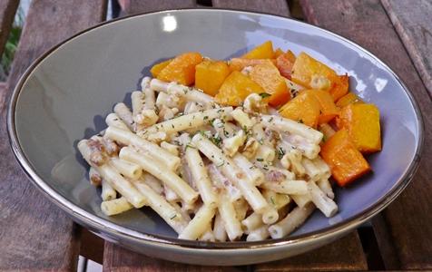 Vegane Herbstpasta: Mini-Maccaroni mit Feigen-Walnuss-Pesto und geröstetem Muskatkürbis