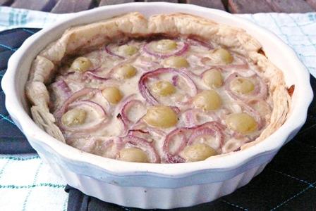 Einfache, vegane Quiche mit Weintrauben, roten Zwiebeln und Blätterteigboden