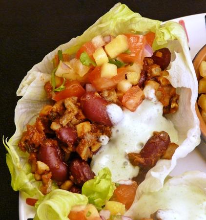 Vegane Salat-Taco-Schalen mit einer Füllung aus Champignons und Kidney-Bohnen, Koriander-Joghurt und selbstgemachter Salsa