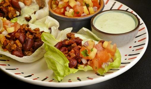 Vegane Salat-Taco-Schalen mit einer Füllung aus Pilzen und Kidney-Bohnen, Koriander-Joghurt und selbstgemachter Salsa