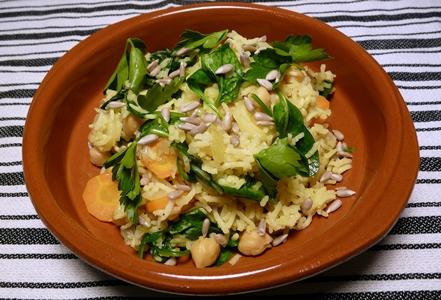 Veganer Pilaw mit Karotten, Spinat, Kichererbsen, Petersilie und Sonnenblumenkernen