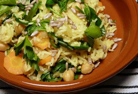 Veganer Pilaw mit Karotten, Spinat, Kichererbsen, glatter Petersilie und Sonnenblumenkernen