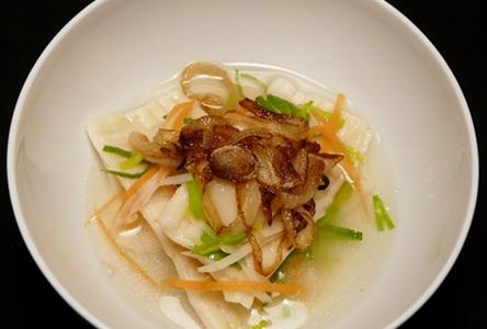 Vegane Maultaschen mit Kartoffel-Lauch-Füllung mit Brühe, Gemüsejulienne und Schmorzwiebeln