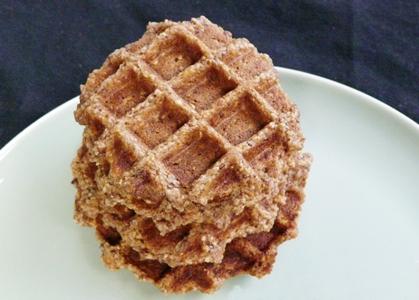 Vegane Frühstücks-Waffeln mit Getreideflocken, Walnüssen und Leinsamen