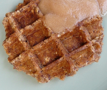 Vegane Frühstücks-Waffeln mit Getreideflocken, Walnüssen, Apfelmus und Leinsamen