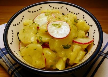 Veganer Kartoffelsalat mit Radieschen, Radieschenblättern/Radieschengrün und Leinöl