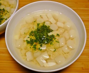 Vegane, klare Spargelsuppe mit Nudeln und Bärlauch-Öl