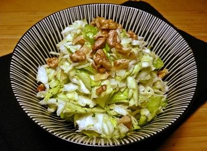 Spitzkohl-Salat mit veganem Hanfsamen-Dressing, Dill und Walnüssen