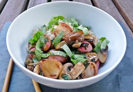 Vegane Teriyaki-Pfanne mit gebratenen Radieschen, Champignons und Frühlingszwiebeln - ohne Haushaltszucker