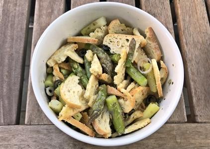 Veganer Brotsalat mit grünem Spargel, Schalotten, Oliven und Kapern