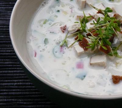 Vegane Okroschka: russische Sommersuppe mit Kartoffeln, Gurke, Radieschen, Frühlingszwiebeln, Räuchertofu und Sojajoghurt