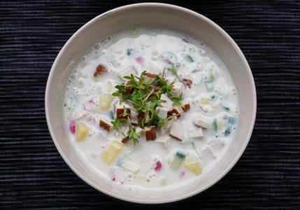 Vegane Okroschka: russische Sommersuppe mit Kartoffeln, Gurke, Radieschen, Lauchzwiebeln, Räuchertofu und Sojajoghurt