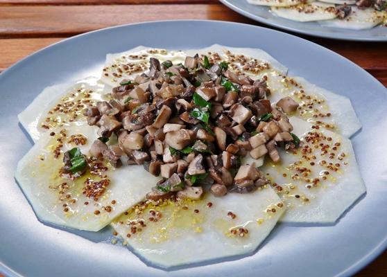 Veganes Sommergericht: Kohlrabi-Carpaccio mit Champignon-Salat und Dijonsenf-Dressing