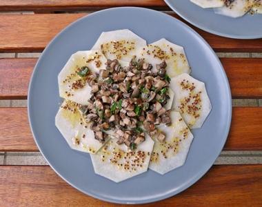 Veganes Sommergericht: Kohlrabi-Carpaccio mit Champignon-Tartar und Dijonsenf-Dressing