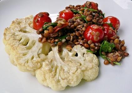Blumenkohlsteak mit warmem Linsen-Tomaten-Salat