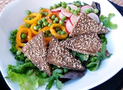 Bunter Salat mit paniertem Sesam-Tofu, Radieschen, Paprika und Erbsen-Ingwer-Dressing