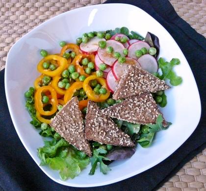 Bunter Sommersalat mit paniertem Sesam-Tofu, Radieschen, Paprika und Erbsen-Ingwer-Dressing