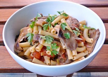 Vegane Pasta (Makkaroni) mit Tomaten, Lauchzwiebeln, Knoblauch und Austernseitlingen