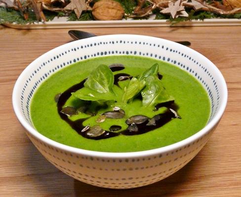 Vegane, winterliche Feldsalatsuppe - sämig und würzig, mit Kürbiskernen und Kürbiskernöl