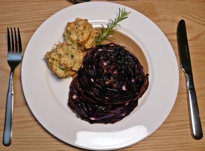 Veganes Weihnachtsmenü: Gebackene Rotkohlsteaks, luftige Semmelknödel aus dem Ofen und Maronencremesoße