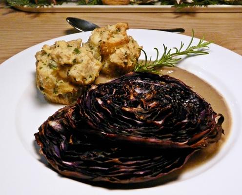 Veganes Weihnachtsmenü: Gebackene Rotkohlsteaks, Semmelknödel aus dem Ofen und Maronencremesoße