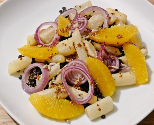 Veganer, warmer Salat: Schwarzwurzeln und rote Zwiebeln aus dem Ofen, Belugalinsen, Orangenfilets, fruchtiges Dressing mit Senf