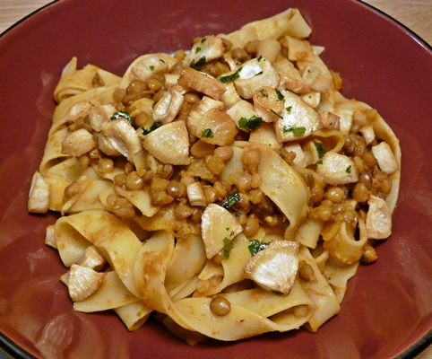 Veganes Winterrezept: Nudeln, Linsensoße, Petersilienwurzel