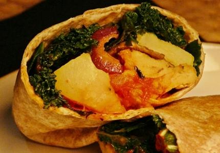 Vegane, winterliche Frühstücks-Burritos mit Kartoffeln, Zwiebeln, Champignons, Grünkohl, veganem Rührei, Tomatensalsa