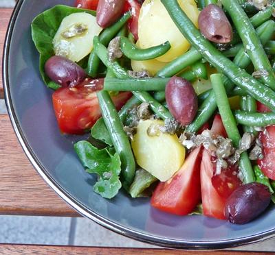 Veganer Salade niçoise mit Kapern-Dressing