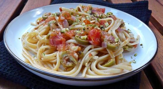Linguine, Tomaten, rote Zwiebeln, Knoblauch, grüne Oliven, Pistazien - vegan