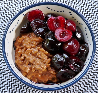 Veganer Schoko-Milchreis mit Haselnussmus und gebratenen Kirschen